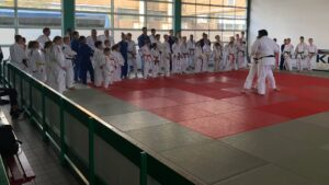 Judo Yushi en Differdange Marvin de la Croes demonstreert ko-uchi-gari