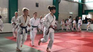 Judo Yushi in de WFJJC de jeugdteamcompeitite van de WFJC - thuiswedstrijd bij Judo Yushi -warming-up van het team