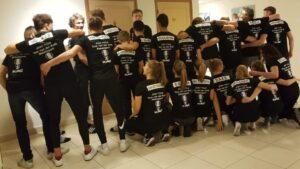 NK teams u18 Judo Yushi, Tom van der Kolk en Rebelsport in de door OOSEOO Internetmarketing gesponsorde T-shirts